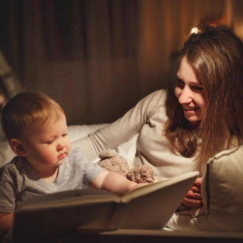 Μαμά που διαβάζει στο μωρό της
